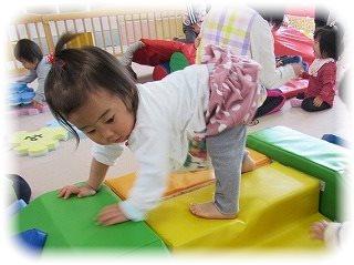 マットのお山によいしょ♪よいしょ♪ぼたん組(1歳児) ~朝和保育園~