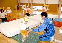 写真:体操教室での運動している様子