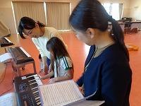 写真:みんなで一緒に歌を聞いたり歌ったり楽器を弾いたりしている様子