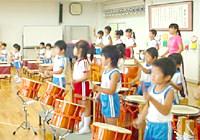 写真:みんなで一緒に和太鼓をたたいている様子
